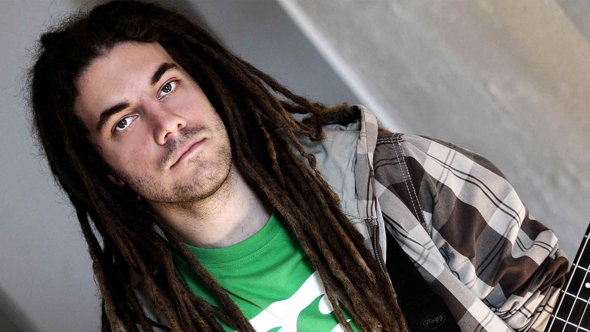 Dreads. Outdoorporträt fotografiert in Bonn